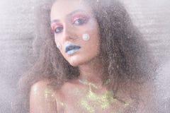 Ελκυστικό κορίτσι χειμερινού πορτρέτου στο φωτεινό makeup Στοκ Φωτογραφίες