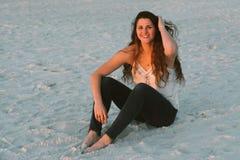Ελκυστικό μακροχρόνιο σγουρό μαλλιαρό θηλυκό πρότυπο Brunette που θέτει και που χαμογελά για τη κάμερα έξω Στοκ Φωτογραφίες
