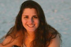 Ελκυστικό μακροχρόνιο σγουρό μαλλιαρό θηλυκό πρότυπο Brunette που θέτει και που χαμογελά για τη κάμερα έξω Στοκ Εικόνα