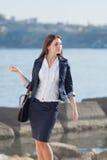 Ελκυστικό μακρυμάλλες brunette σε υπαίθριο Στοκ φωτογραφίες με δικαίωμα ελεύθερης χρήσης