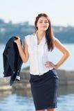 Ελκυστικό μακρυμάλλες brunette σε υπαίθριο Στοκ εικόνες με δικαίωμα ελεύθερης χρήσης