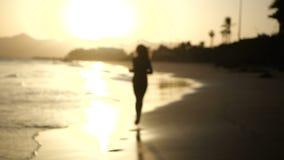 Ελκυστικό νέο γυναικών στην παραλία άμμου Tenerife, Κανάρια νησιά o Θηλυκός δρομέας στη νεφελώδη παραλία απόθεμα βίντεο