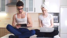 Ελκυστικό νέο ζευγών στο κοινωνικό δίκτυο με τους φίλους και ζηλότυπος, τιτίβισμα απόθεμα βίντεο