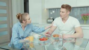Ελκυστικό νέο ζεύγος που υποστηρίζει στην κουζίνα απόθεμα βίντεο