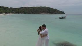 Ελκυστικό νέο ζεύγος στο τροπικό νησί απόθεμα βίντεο