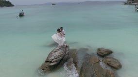 Ελκυστικό νέο ζεύγος στο τροπικό νησί φιλμ μικρού μήκους
