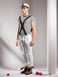 Ελκυστικό νέο μοντέλο που ντύνεται όπως έναν ναυτικό στοκ φωτογραφία με δικαίωμα ελεύθερης χρήσης