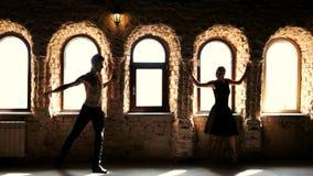 Ελκυστικό νέο μπαλέτο χορού ζευγών στο στούντιο απόθεμα βίντεο