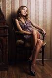 ελκυστικό ξανθό εσωτερ&iot στοκ εικόνα