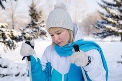 Ελκυστικό ξανθό κορίτσι με τα ραβδιά σκι στα χέρια της κουρασμένα stan Στοκ φωτογραφία με δικαίωμα ελεύθερης χρήσης