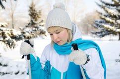 Ελκυστικό ξανθό κορίτσι με τα ραβδιά σκι στα χέρια της κουρασμένα stan Στοκ Εικόνα