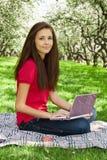 ελκυστικό πάρκο κοριτσ&io στοκ εικόνα