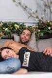 Ελκυστικό χαμογελώντας ζεύγος του ατόμου με τις γυμνές δημόσιες σχέσεις στηθών και brunette Στοκ Φωτογραφίες