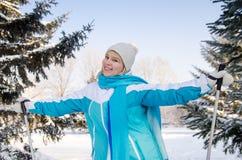 ελκυστικό χαμόγελο ξανθό με τα ραβδιά σκι στα χέρια στοκ φωτογραφίες με δικαίωμα ελεύθερης χρήσης