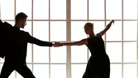Ελκυστικό χορεύοντας ζεύγος, σε αργή κίνηση απόθεμα βίντεο