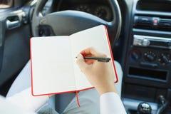 Ελκυστικό όμορφο κομψό άτομο σε ένα επιχειρησιακό κοστούμι που οδηγεί ένα ακριβό αυτοκίνητο Στοκ εικόνα με δικαίωμα ελεύθερης χρήσης