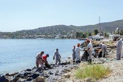 Ελλάδα Το νησί των σαλαμιών 10 Σεπτεμβρίου 2017 Οι εργαζόμενοι αφαιρούν Στοκ Εικόνες