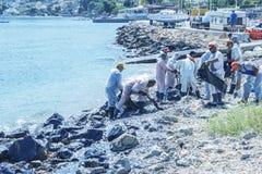 Ελλάδα Το νησί των σαλαμιών 10 Σεπτεμβρίου 2017 Οι εργαζόμενοι αφαιρούν Στοκ εικόνες με δικαίωμα ελεύθερης χρήσης
