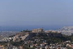 Ελλάδα, Parthenon στο λόφο ακρόπολη και το αθηναϊκό riviera ως απόμακρο υπόβαθρο στοκ εικόνα