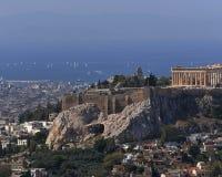 Ελλάδα, Parthenon στο λόφο ακρόπολη και το αθηναϊκό riviera ως απόμακρο υπόβαθρο στοκ εικόνα με δικαίωμα ελεύθερης χρήσης