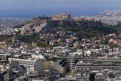 Ελλάδα, Parthenon στο λόφο ακρόπολη και το αθηναϊκό riviera ως απόμακρο υπόβαθρο στοκ εικόνες