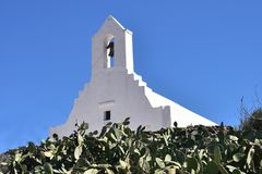 Ελλάδα, Sikinos, και παλαιά εκκλησία μια φωτεινή θερινή ημέρα στοκ εικόνες