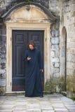 ΕΛΛΑΔΑ, ΑΘΗΝΑ - 19 ΙΟΥΛΊΟΥ 2014: Ένας ιερέας που στέλνει ένα μήνυμα με Στοκ Εικόνες