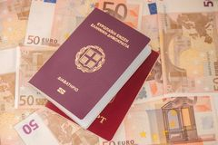Ελληνικά και ρωσικά διαβατήρια στο υπόβαθρο τραπεζογραμματίων Ταξίδι και χρηματοδότηση στοκ εικόνες