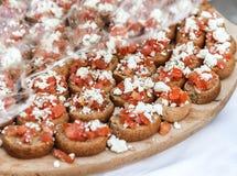 Ελληνικά καναπεδάκια με τις ντομάτες στο σκοτεινό ψωμί στοκ εικόνα