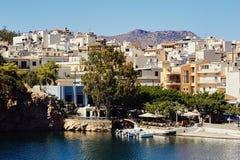 Ελληνικά κτήρια παράδοσης, λίμνη Voulismeni με τις βάρκες στο κέντρο της παραλιακής πόλης Άγιος Νικόλαος Στοκ εικόνες με δικαίωμα ελεύθερης χρήσης