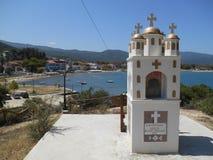 Ελληνικά λίγη εκκλησία κοντά στη θάλασσα σε Olimpiada στοκ φωτογραφίες