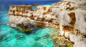 Ελληνικά νησιά, απότομοι βράχοι θάλασσας, τοπίο ακτών, παραλίες στοκ εικόνα με δικαίωμα ελεύθερης χρήσης
