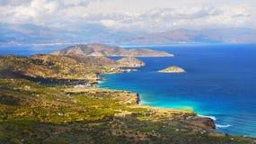 Ελληνικά νησιά, απότομοι βράχοι θάλασσας, τοπίο ακτών, παραλίες στοκ φωτογραφίες