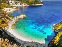 Ελληνικά νησιά, απότομοι βράχοι θάλασσας, τοπίο ακτών, παραλίες στοκ εικόνες