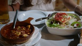 Ελληνικά πιάτα στον πίνακα στοκ εικόνες