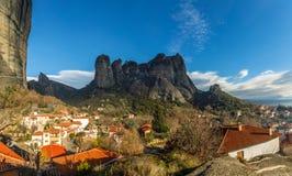 Ελληνικά σπίτια στους λόφους μεταξύ των απότομων απότομων βράχων των βουνών Meteora, Kalabaka, Thessaly στοκ εικόνα με δικαίωμα ελεύθερης χρήσης