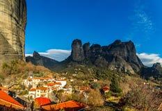 Ελληνικά σπίτια στους λόφους μεταξύ των απότομων απότομων βράχων των βουνών Meteora, Kalabaka, Thessaly στοκ εικόνες