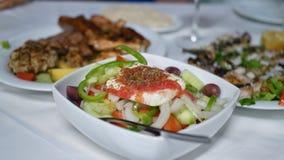 Ελληνικά τρόφιμα στον πίνακα στοκ φωτογραφίες