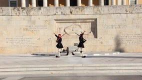 Ελληνικά evzones - ελληνικά tsolias - που φρουρούν το προεδρικό μέγαρο μπροστά από τον τάφο του άγνωστου στρατιώτη φιλμ μικρού μήκους