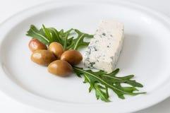 Ελληνικές ελιές και μπλε τυρί Στοκ Εικόνες