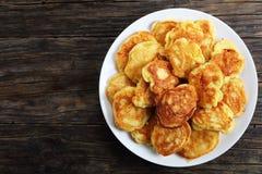 Ελληνικές τηγανίτες γιαουρτιού της Apple στη πιατέλα Στοκ Φωτογραφία