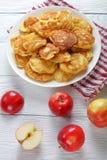 Ελληνικές τηγανίτες γιαουρτιού της Apple στο πιάτο Στοκ εικόνες με δικαίωμα ελεύθερης χρήσης