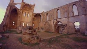 Ελληνική Ορθόδοξη Εκκλησία του ST George που καταστρέφεται και που εγκαταλείπεται στο μεσαιωνικό αρχαίο φρούριο Famagusta φιλμ μικρού μήκους