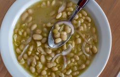 Ελληνική παραδοσιακή σούπα των φασολιών στην άσπρα σάλτσα και τα κρεμμύδια Στοκ εικόνες με δικαίωμα ελεύθερης χρήσης