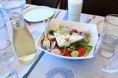 Ελληνική σαλάτα και άσπρο κρασί στοκ φωτογραφία