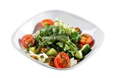 ελληνική σαλάτα Λαχανικό με τα φύλλα arugula, πράσινη σαλάτα, με τις ντομάτες κερασιών, το τυρί fetta, το κόκκινο κρεμμύδι, και τ Στοκ φωτογραφία με δικαίωμα ελεύθερης χρήσης