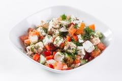 ελληνική σαλάτα Λαχανικό με το τυρί, πράσινη σαλάτα, με τις ντομάτες κερασιών, το τυρί fetta, το κόκκινο κρεμμύδι, και τα μικτά π Στοκ Εικόνες