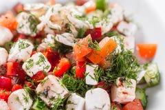 ελληνική σαλάτα Λαχανικό με το τυρί, πράσινη σαλάτα, με τις ντομάτες κερασιών, το τυρί fetta, το κόκκινο κρεμμύδι, και τα μικτά π Στοκ φωτογραφία με δικαίωμα ελεύθερης χρήσης
