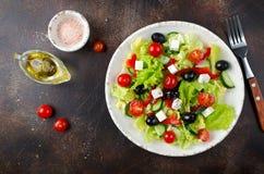 Ελληνική σαλάτα με τα φρέσκα λαχανικά, το τυρί φέτας και τις μαύρες ελιές Στοκ Εικόνες