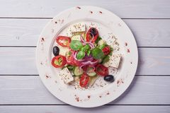 Ελληνική σαλάτα με τα φρέσκα λαχανικά, το τυρί φέτας και τις μαύρες ελιές Τοπ όψη στοκ φωτογραφία με δικαίωμα ελεύθερης χρήσης
